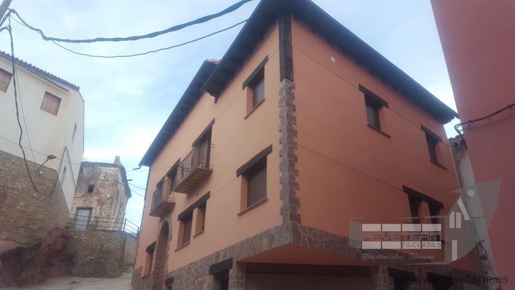 Obra nueva revestimiento de fachada con terminaci n en for Zocalo fachada exterior